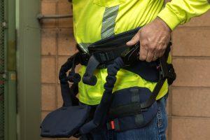 バッテリーショップで腰の負担を軽減する外骨格アシストスーツを採用